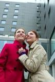 deux femmes heureux de l'hiver jeunes Image libre de droits