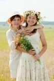 Deux femmes heureux en zone d'été Images stock
