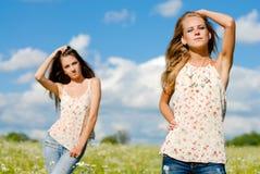 Deux femmes heureux posant à l'extérieur Photo stock
