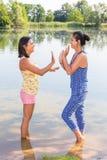 Deux femmes jouant ensemble dans l'eau Image stock