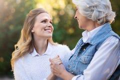 Deux femmes joyeuses étreignant et souriant dehors Images libres de droits