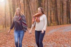 Deux femmes joyeuses courant par un parc Photos libres de droits