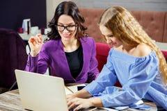 Deux femmes lors d'un contact image libre de droits