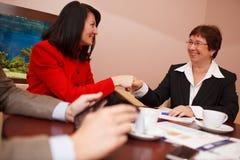 Deux femmes lors d'une réunion d'affaires Photo libre de droits