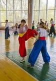 Deux femmes luttant dans un duel pour la victoire Photo stock