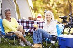 Deux femmes mûres détendant des vacances de camping photo libre de droits