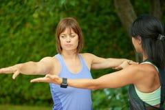 Deux femmes mûres maintenant l'ajustement en faisant le yoga pendant l'été Photos stock