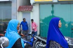 Deux femmes maldiviennes avec une religion musulmane de voile bleu photo stock