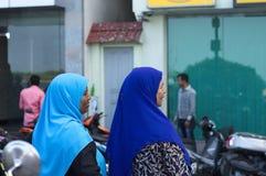 Deux femmes maldiviennes avec une religion musulmane de voile bleu photographie stock