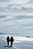 Deux femmes marchant à la plage Photo stock