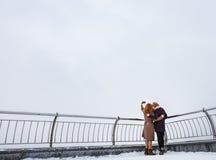 Deux femmes marchant autour du remblai Photographie stock libre de droits