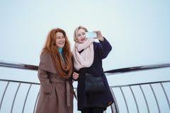 Deux femmes marchant autour du remblai Images libres de droits