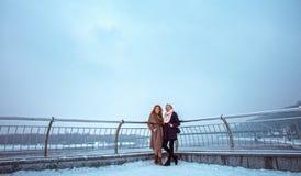 Deux femmes marchant autour du remblai Jour, extérieur Images stock