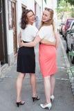 Deux femmes marchant avec des bras autour de l'un l'autre Image libre de droits