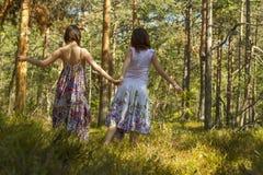 Deux femmes marchant dans la forêt image libre de droits