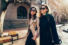 Deux femmes marchant dehors et souriant Photo libre de droits