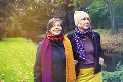 Deux femmes marchant en parc Image stock
