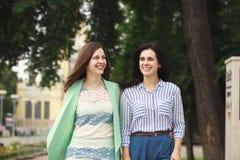 Deux femmes marchant en parc d'été photographie stock libre de droits