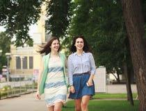 Deux femmes marchant en parc d'été photographie stock