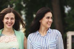 Deux femmes marchant en parc d'été images stock