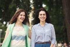 Deux femmes marchant en parc d'été image stock