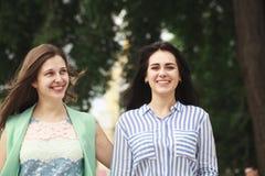 Deux femmes marchant en parc d'été image libre de droits