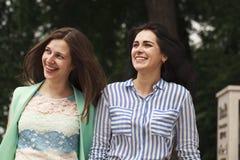 Deux femmes marchant en parc d'été photo stock