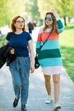 Deux femmes marchant ensemble - avoir le temps de repos image stock