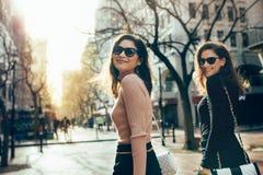 Deux femmes marchant ensemble sur la rue de ville Photographie stock