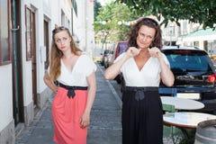 Deux femmes marchant sur le trottoir ensemble Photo stock