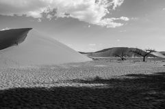 Deux femmes marchant vers le haut de la dune 45, paysage de désert, Namibie Image libre de droits