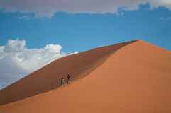 Deux femmes marchant vers le haut de la dune 45, paysage de désert, Namibie Photo stock