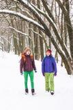Deux femmes marchent en parc Photo stock