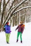 Deux femmes marchent en parc Images libres de droits