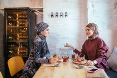 Deux femmes musulmanes en café, se réunir d'amis Photo libre de droits