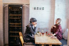 Deux femmes musulmanes en café, se réunir d'amis Images stock