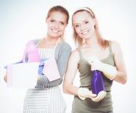 Deux femmes nettoie quelque chose avec la mèche et le jet attentivement photos libres de droits