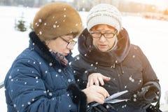 Deux femmes observant des photos Photo stock