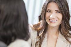 Deux femmes ou femmes d'affaires lors du contact de bureau Photos stock