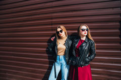 Deux femmes parlant dans la ville Portrait extérieur de mode de vie de deux filles de hippie de meilleurs amis portant le cuir él Photographie stock libre de droits