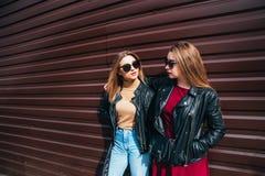 Deux femmes parlant dans la ville Portrait extérieur de mode de vie de deux filles de hippie de meilleurs amis portant le cuir él Photo libre de droits