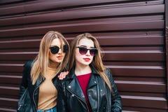 Deux femmes parlant dans la ville Portrait extérieur de mode de vie de deux filles de hippie de meilleurs amis portant le cuir él Photos stock