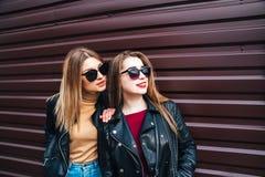 Deux femmes parlant dans la ville Portrait extérieur de mode de vie de deux filles de hippie de meilleurs amis portant le cuir él Images libres de droits