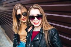 Deux femmes parlant dans la ville Portrait extérieur de mode de vie de deux filles de hippie de meilleurs amis portant le cuir él Photographie stock
