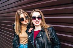 Deux femmes parlant dans la ville Portrait extérieur de mode de vie de deux filles de hippie de meilleurs amis portant le cuir él Image libre de droits
