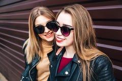 Deux femmes parlant dans la ville Portrait extérieur de mode de vie de deux filles de hippie de meilleurs amis portant le cuir él Photos libres de droits
