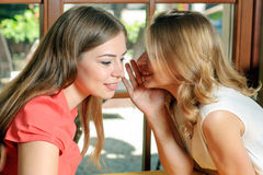 Deux femmes parlant dans le café Image libre de droits