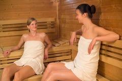 Deux femmes parlant dans le sauna Photographie stock