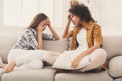 Deux femmes parlant des problèmes à la maison Photographie stock