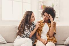 Deux femmes parlant des problèmes à la maison Image libre de droits